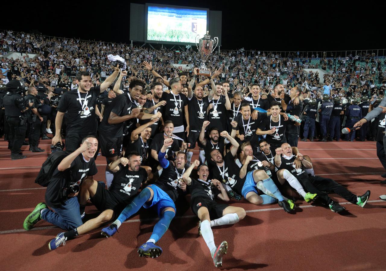 Festuan Kupën ekip tifozë  shpërthen  vatra  e koronavirusit